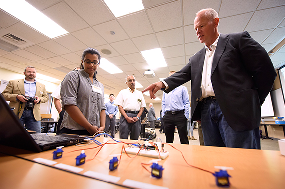 Gov. Matt Mead and an electrical and computer engineering student discuss technology.