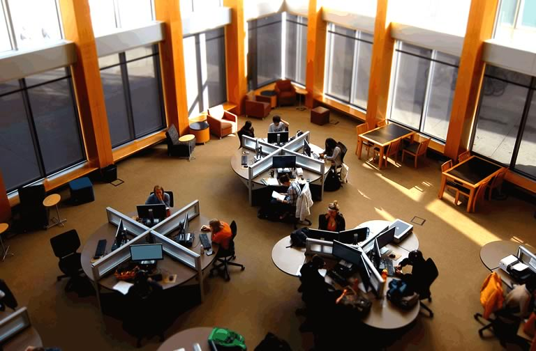 photo of the computer lab in Coe library